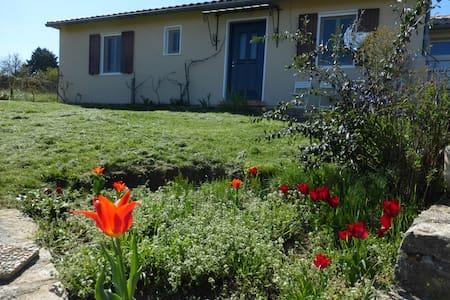 Chambre lit 2 personnes et bureau Sud Ardèche - Tauriers - Guesthouse