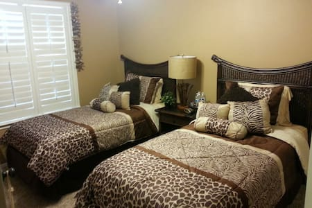 Guest Bedroom with 2 twin beds+Bath - Hus