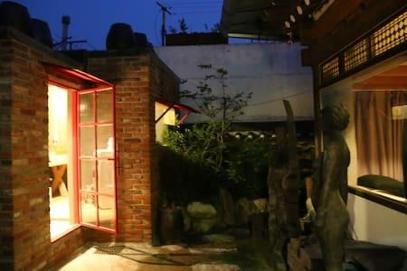 """""""채운(彩雲)"""" 1번방,  조각가가 운영하는 한옥 게스트하우스 - Bed & Breakfast"""