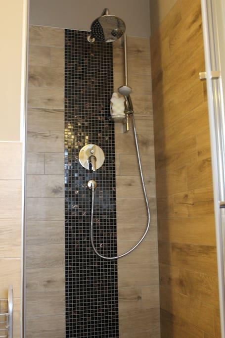 ampia doccia con inserti in mosaico