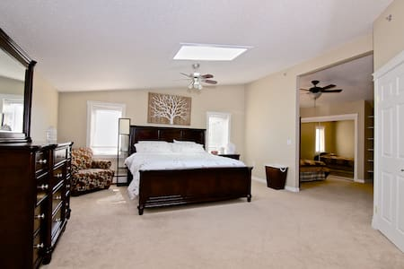 Large guest house room w/ king bed - Yellowknife - House
