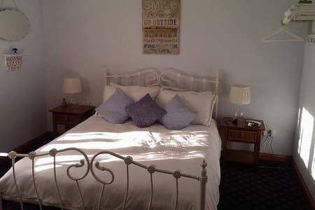 B&B 2 miles from Carmarthen Town - Bed & Breakfast