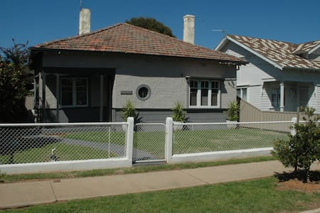 Stylish Central House - Wagga Wagga