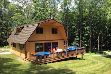 Completely remodeled four bedroom two bath with private tennis court on over 12 acres. - Ház