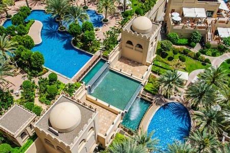 Beachside luxury apartment in Palm Jumeirah - Dubai