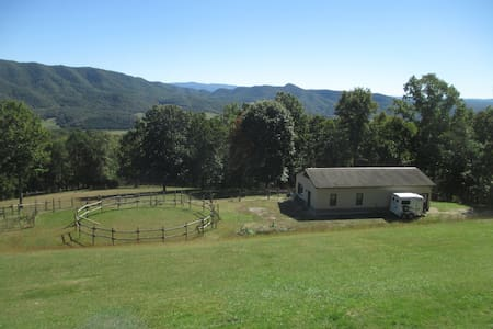 Paradise! Beautiful location only 2.5 miles to VT - Guesthouse