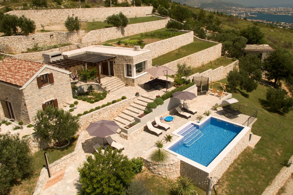 Houses, private parking, outdoor property of 3.100,00 sq.m and swimming pool 32 sq.m .