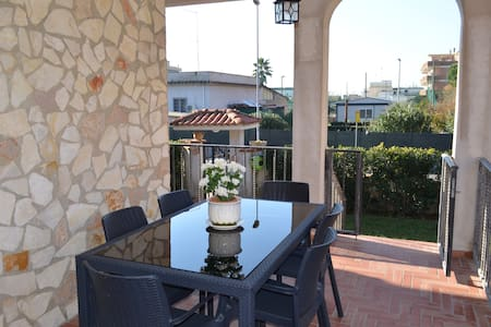 Villa Carlini - Luna Apartment (6 Sleeps) - Villa