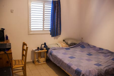 Modest private bedroom in Holon - Pis