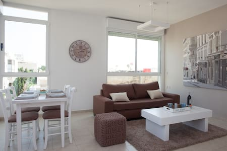 Located in one of the best areas of the city in a well mantained building with elevator this apartment is a unique solution to enjoy the tel avivian life  but still feeling home ay our cozy and beautifull apartment in the famous ben yeuda street