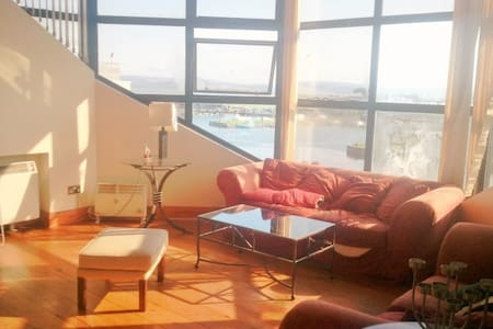 Facing Spanish Arch on the longwalk, right in the city center, DOUBLE BEDROOM available for short-term rent Ideal for couple and to enjoy Art's festival and Race week Access to shower facilities (shared bathroom)  and Kitchen.