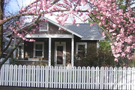 Central Avenue Cottage is a vintage, fully restored located 2 blocks from downtown surrounded by a quiet neighborhood and lush landscaping.  The property also has a smaller cottage:  Ashland Alley Cottage  which accomodates 2-3 people (PA#  11-649).