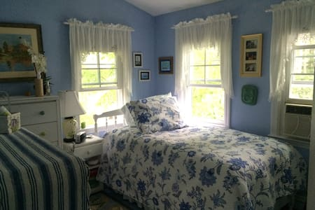 Sunny twin bedroom - Hus