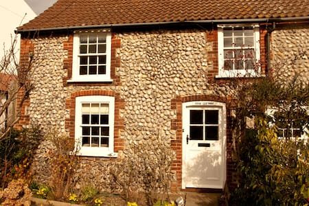 Rose Cottage, so close to the sea! - Sheringham - House