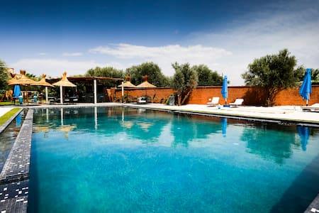 Chambre Tchina accès piscine - marrakech