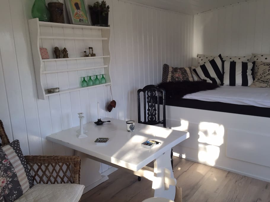 Charmerende anneks med udendørs bad   cabins for rent in grevinge