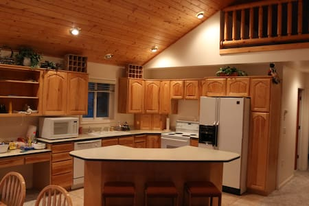 Cozy Cabin for Groups & Staycations