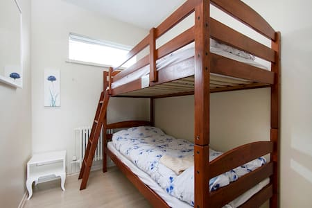 Economy room by the sea/airport - Pension