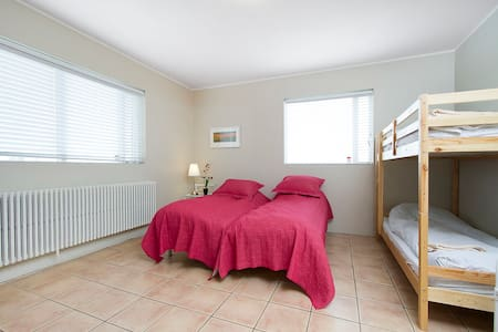 Family room (for 4) by sea/aiport - Pension