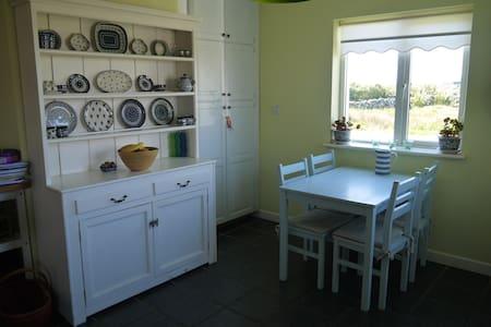 Cosy, beach house in Connemara WIFI