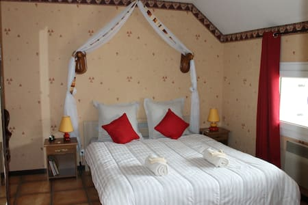 """CHAMBRES D'HOTES """"LES LAURENTIDES"""" - Athée - Bed & Breakfast"""