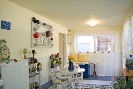 Private 1 bedroom suite, Spa-Views-Deck-Hike-Bike - Maison