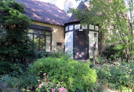 Two rooms for up to 5, lovely home - Evanston - Hus