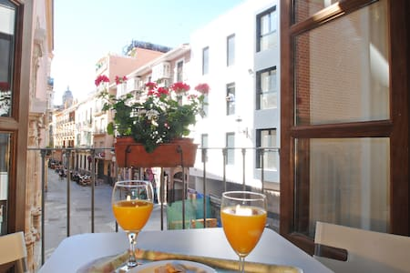 Apartment just in the midle of the historical centre in Malaga. It is a very funny area, close to all kind of services, like restaurants, terraces and Thyssen Museum. 5 minutes walking distances from the apartment to train station and bus to airport.