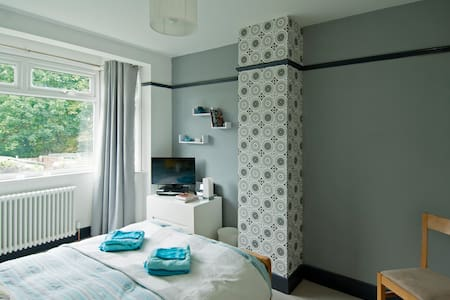 Modern room in leafy North London - East Barnet - Casa