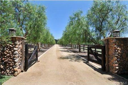 Equestrian Horse Ranch Rental &  Horseback Riding - Lakás