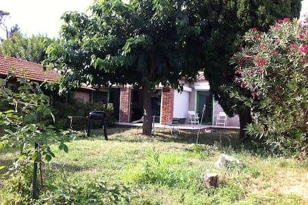 Villa avec jardin ombragé, au calme - Ev