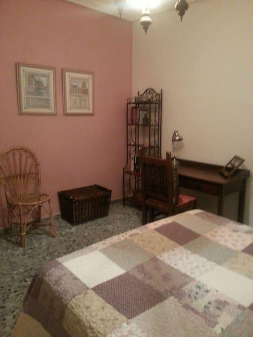 Dormitorio con cama de matrimonio , medidas especiales