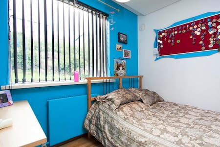 A nice comfortable bedroom for 2 in Kópavogur city, comes with a closet and a desk.   5 minutes from downtown Rvk, less than 5 minutes to Smáralind and Kringlan shopping centers and a 5 minute drive to Kópavogur community swimming pool.