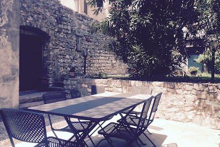 Casa con giardino sotto al castello - Maison