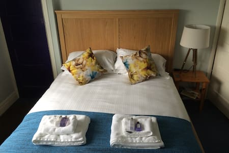 Lovely room near Gatwick Airport - House