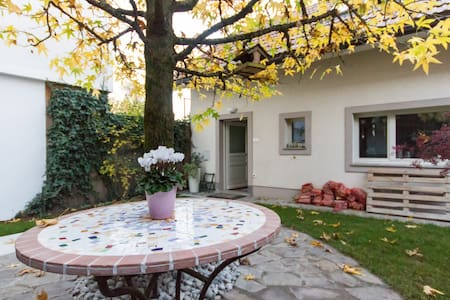 Charming little house near center