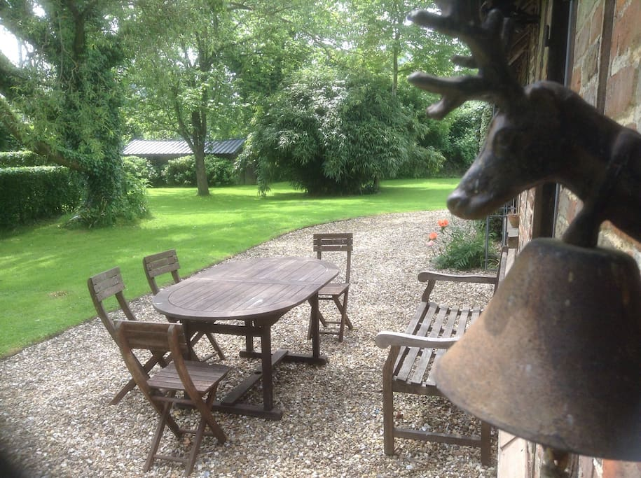 Mobilier de jardin en teck, barbecue et bois à volonté ...