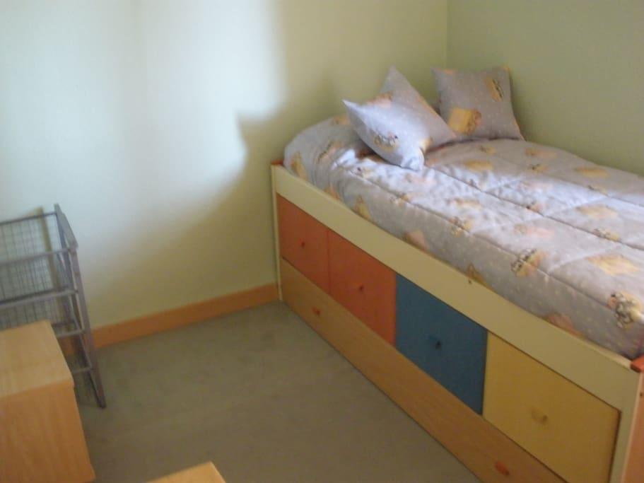 Dormitorio de tonos cálidos.
