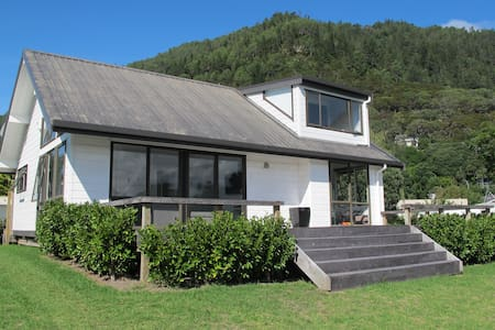 Modern lockwood short walk to beach - Pauanui - Hus