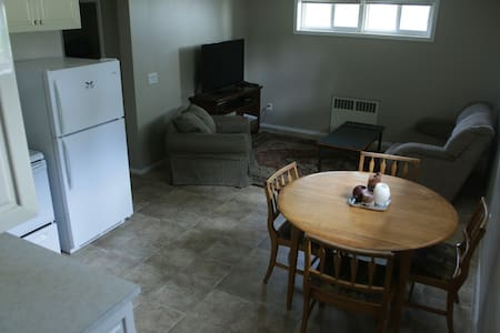 Two bed, bath & kitchen in town - Rossland - Lejlighed