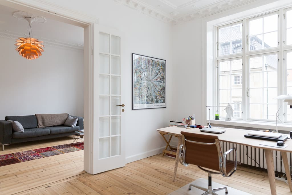 Overlooking Amaliegade, the office is en suite with the sitting room and the 2nd bedroom, off the main entrance.