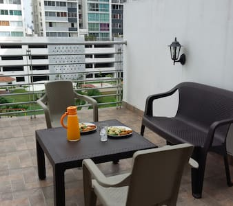 Comfortable room, near the subway,  12 de Octubre station. Equipped with double bed, sheets and bedspread, A / C, TV and Wifi. Apartment 2 bedrooms, 2 baths, entitled to: Open kitchen, dining room and terrace with BBQ.
