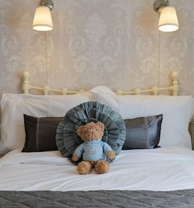 Comfortable, beautifully decorated double bedroom with 4 foot double bed set on Sovereign Harbour, a few minutes walk from the beach, the harbour eateries and easy access in to the town. Enjoy complimentary breakfast, WIFI and use of a well equipped spotless shared bathroom.