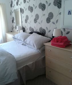 Comfortable Bedroom, Ryde - Pis