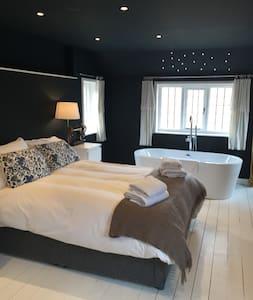 Stunning Loft Style Apartment - Lägenhet