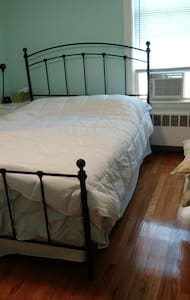 Private bedroom in a nice house - Medford - House