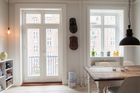 Nice apt located in central Vesterbro. Close to green areas, public transportation and Cph central station. Plenty of nice cafés and bars in the area. Big shopping mall close by and the surrounding streets are filled w. shops and grocery stores.