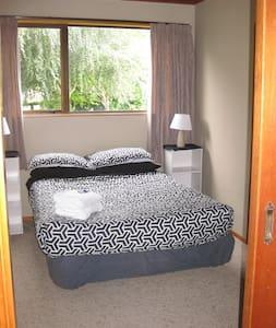 Cozy, Warm Room by the Lake - Lake Hawea - Huis