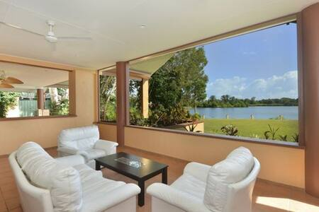 A spacious private room for two with Queen bed and private full bathroom in a large home with amazing lake views.  Relax on the veranda, take a plunge in the pool, fish in the lake and cook what you catch in the kitchen or barbecue.