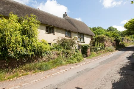 Beautiful thatched Devon longhouse - House